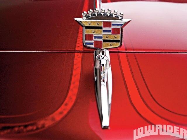 lrmp_1001_03x_o-cadillac_high_end_luxury-emblem2
