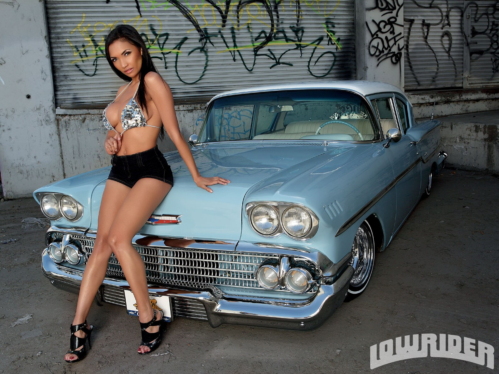 0907_lrms_01_o-raven_lowrider_girls_model-posing_with_car2