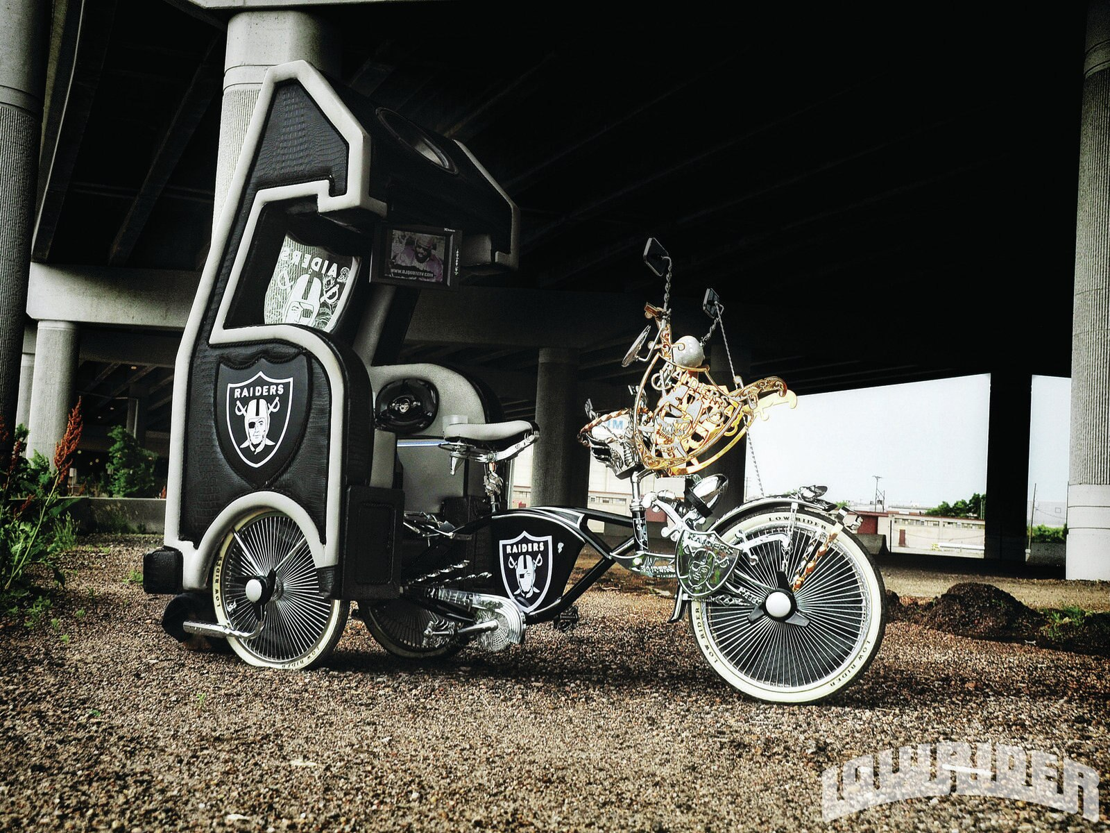 1204-lrmp-01-o-custom-oakland-raider-themed-schwinn-frame1