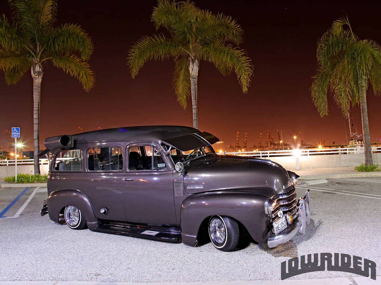 1952-chevrolet-suburban-front-right-view1