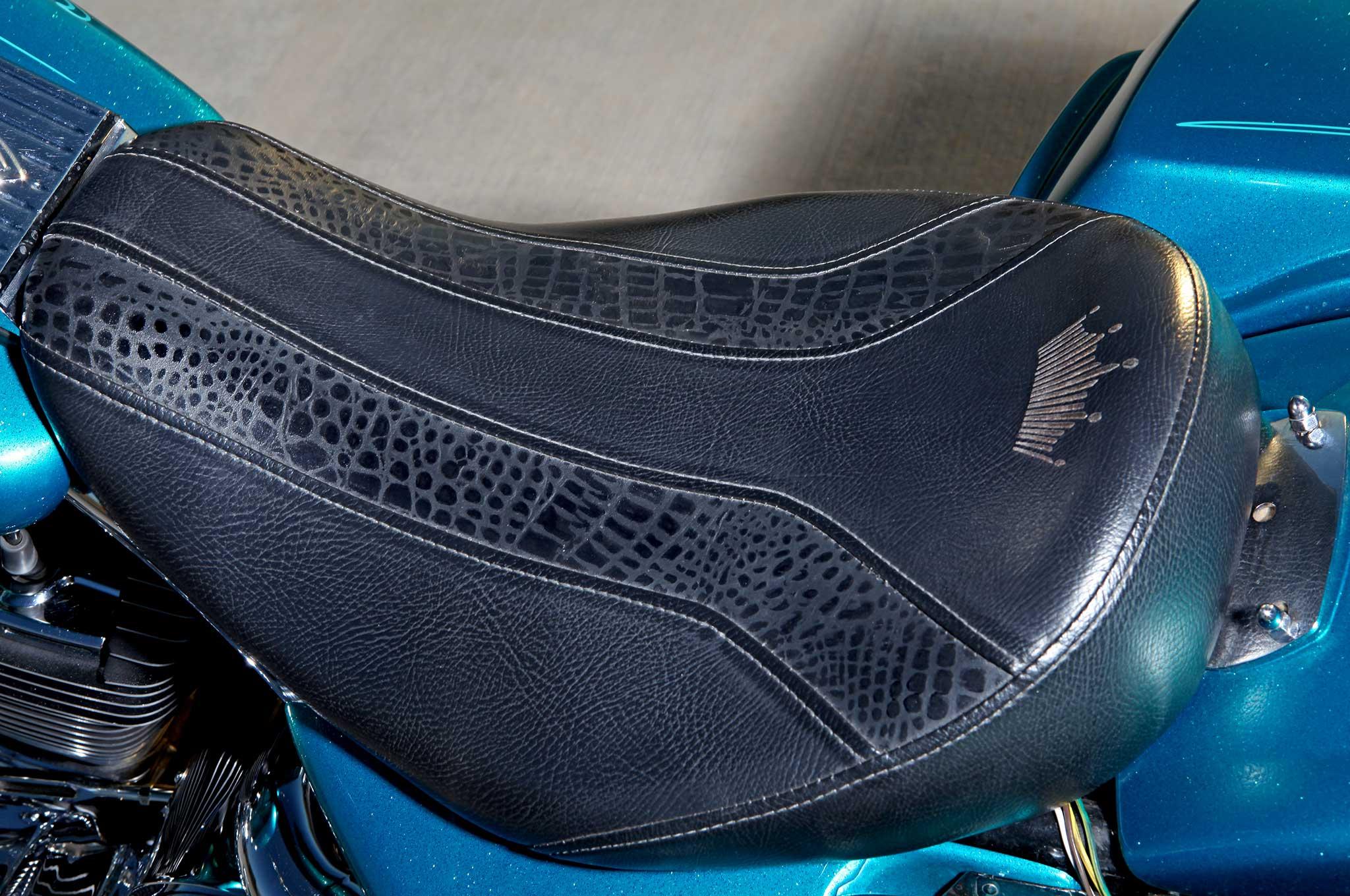 2004 harley davidson road king black leather and alligator seat 021