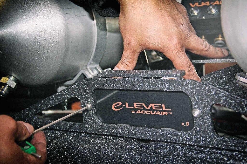 air vs hydros accuair e level and manifold valve install 022