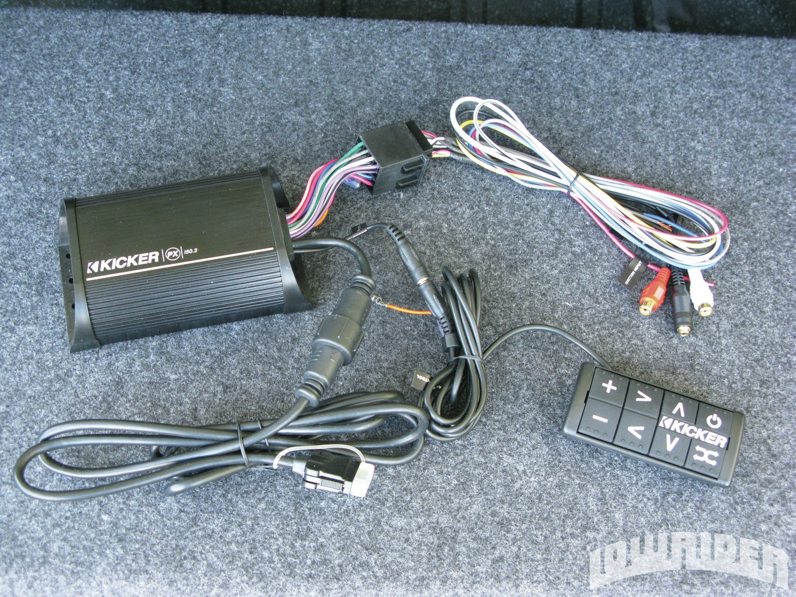 <strong>2</strong>. This is the PXi50.2. On the left is the brain of the unit. At the right is the wired remote control unit. Below is the 30-pin connection cable. The unit is also compatible with Apple's lightning connectors.