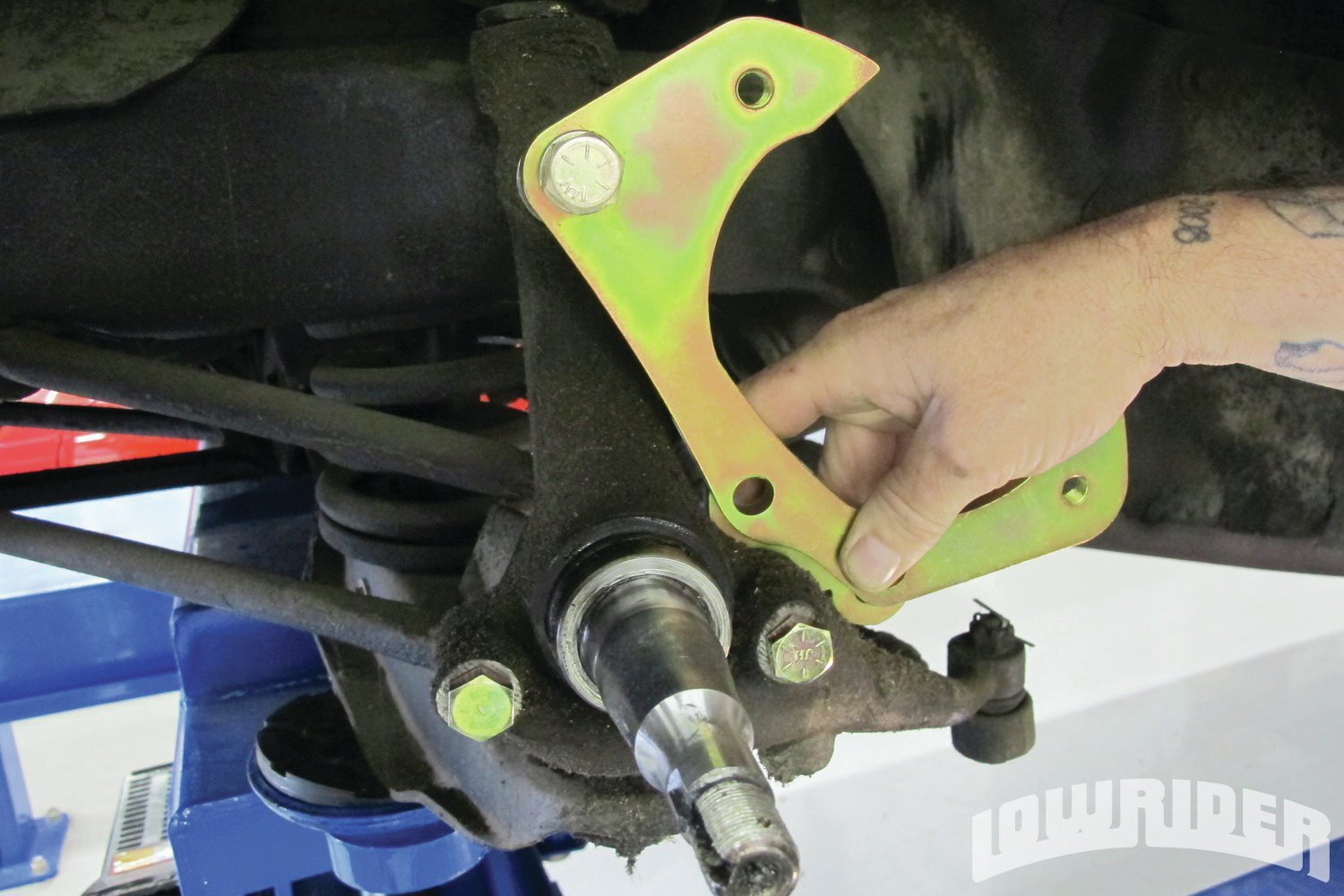 <strong>9</strong>. Using the top of the spindle, the bracket was bolted on.