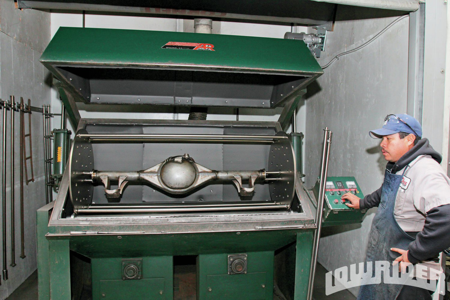 <strong>12</strong>. With the housing ready for assembly it was placed in this deburing machine.